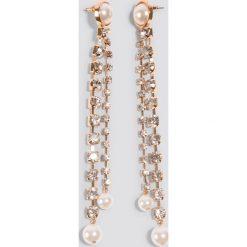 NA-KD Accessories Wiszące kolczyki ze strassem i perłami - Gold. Szare kolczyki damskie NA-KD Accessories, z perłą, sztuczne, na sztyftcie. Za 32,00 zł.