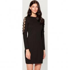 Sukienka z wycięciem na rękawach - Czarny. Czarne sukienki na komunię marki Cropp, l. W wyprzedaży za 59,99 zł.