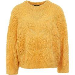 DESIGNERS REMIX VICKI CABLE Sweter mustard. Białe swetry klasyczne damskie marki DESIGNERS REMIX, z elastanu, polo. Za 899,00 zł.