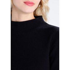 Josephine & Co ALDEN Sukienka dzianinowa black. Czarne sukienki dzianinowe marki Josephine & Co, xxl, oversize. W wyprzedaży za 359,50 zł.