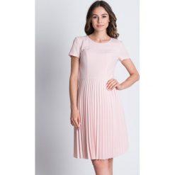 Sukienki balowe: Plisowana sukienka odcinana w talii  BIALCON