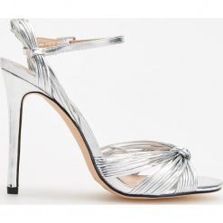 Sandały na wysokim obcasie - Srebrny. Białe sandały damskie marki Graceland, w kolorowe wzory, z materiału, na obcasie. Za 159,99 zł.
