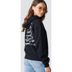 NA-KD Bluza z kapturem Brooklyn Baby - Black. Czarne bluzy niemowlęce marki NA-KD, z nadrukiem, z długim rękawem, długie, z kapturem. Za 161,95 zł.