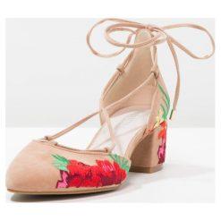 Buty ślubne damskie: Kenneth Cole New York TESSA Czółenka sznurowane desert