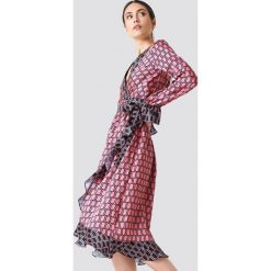 NA-KD Trend Kopertowa sukienka midi - Pink. Białe długie sukienki marki NA-KD Trend, w paski, z poliesteru, z klasycznym kołnierzykiem. Za 202,95 zł.