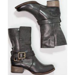 Clarks MONICA SOUL Kowbojki i Buty motocyklowe gris foncé. Szare buty zimowe damskie marki Clarks, z materiału. W wyprzedaży za 389,40 zł.