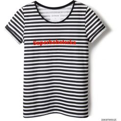 T-shirt w paski Superbohaterka. Białe t-shirty damskie Pakamera, z napisami, z klasycznym kołnierzykiem. Za 79,00 zł.