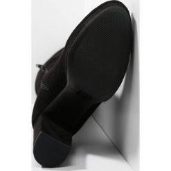 Madden Girl GROUPIE Kozaki na obcasie black. Czarne buty zimowe damskie Madden Girl, z materiału, na obcasie. W wyprzedaży za 251,40 zł.
