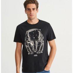 T-shirt z nadrukiem Star Wars - Czarny. Czarne t-shirty męskie z nadrukiem Reserved, l. Za 59,99 zł.