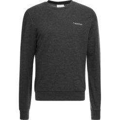 Calvin Klein CHEST EMBROIDERY Bluza grey. Pomarańczowe bluzy męskie marki Calvin Klein, l, z bawełny, z okrągłym kołnierzem. Za 399,00 zł.