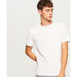 T-shirt z dzianiny strukturalnej - Biały. Białe t-shirty męskie Reserved, l, z dzianiny. Za 49,99 zł.