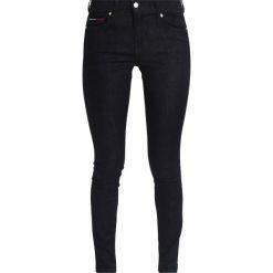Tommy Jeans MID RISE SKINNY NORA Jeans Skinny Fit new rinse. Czarne jeansy damskie marki Tommy Jeans, z bawełny. W wyprzedaży za 359,20 zł.