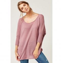 Sweter w kolorze różowym. Czerwone swetry klasyczne damskie marki SCUI, z okrągłym kołnierzem. W wyprzedaży za 139,95 zł.