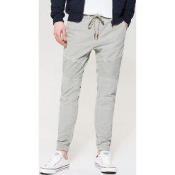 Spodnie męskie: Materiałowe joggery – Jasny szar