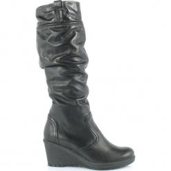 Gioco di Squadra SKÓRZANE Kozaki KOTURN. Czarne buty zimowe damskie marki Born2be, z materiału, z okrągłym noskiem, na niskim obcasie, na koturnie. Za 299,00 zł.