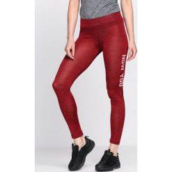 Bordowe Legginsy Wants To Go. Czerwone legginsy we wzory Born2be, l, z materiału. Za 19,99 zł.
