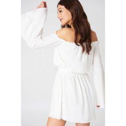 NA-KD Boho Sukienka z odkrytymi ramionami i szerokim rękawem - White. Niebieskie sukienki boho marki NA-KD Boho, na imprezę, w koronkowe wzory, z koronki, na ramiączkach, mini. Za 121,95 zł.