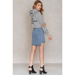 Bluzy rozpinane damskie: NA-KD Urban Krótka bluza z kapturem Bring Back - Grey