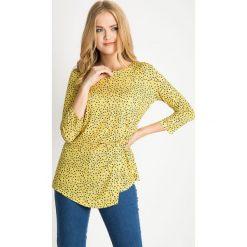 Asymetryczna żółta bluzka w groszki QUIOSQUE. Żółte bluzki asymetryczne QUIOSQUE, w geometryczne wzory, z dzianiny, z asymetrycznym kołnierzem. W wyprzedaży za 39,99 zł.