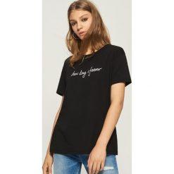 T-shirt z napisem - Czarny. Czarne t-shirty damskie Sinsay, l, z napisami. W wyprzedaży za 19,99 zł.