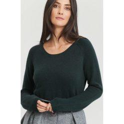Ciemnozielony Sweter Average. Zielone swetry klasyczne damskie marki other, na jesień, l. Za 79,99 zł.