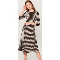 Sukienka w paski - Czarny. Czarne sukienki marki Mohito, m, w paski. W wyprzedaży za 79,99 zł.
