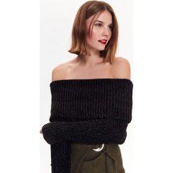 Swetry klasyczne damskie: SWETER Z SZENILI, W MODNYM FASONIE Z ODSŁONIĘTYMI RAMIONAMI