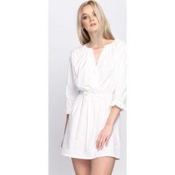 Sukienki: Biała Sukienka Perhaps