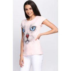 Różowy T-shirt Cat Features. Czerwone bluzki damskie marki Born2be, l. Za 19,99 zł.