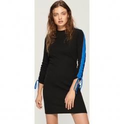 Bawełniana sukienka z lampasami - Czarny. Czarne sukienki z falbanami Sinsay, l, z bawełny. W wyprzedaży za 39,99 zł.