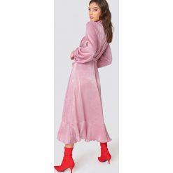 Sukienki: NA-KD Party Satynowa sukienka kopertowa z falbaną - Pink