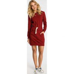 Bordowa Sukienka Sportowa Mini z Kapturem. Czerwone sukienki dresowe Molly.pl, na co dzień, l, w jednolite wzory, sportowe, z kapturem, mini, oversize. Za 132,90 zł.