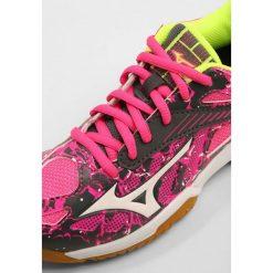 Mizuno LIGHTNING STAR Z4  Obuwie do siatkówki pink glo/white/iron gate. Czerwone buty do siatkówki damskie marki Mizuno, z materiału. Za 249,00 zł.