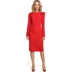 Czerwona Sukienka Elegancka Ołówkowa z Falbankami na Ramieniu. Czerwone sukienki balowe Molly.pl, do pracy, l, z dekoltem na plecach, z długim rękawem, midi, dopasowane. Za 128,90 zł.