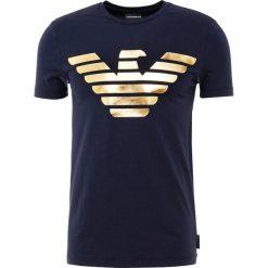 Emporio Armani Tshirt z nadrukiem blu navy. Szare t-shirty męskie z nadrukiem marki Emporio Armani, l, z bawełny, z kapturem. Za 669,00 zł.