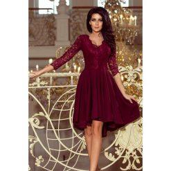 KLARA - sukienka z dłuższym tyłem z koronkowym dekoltem - BORDOWA. Czerwone sukienki asymetryczne numoco, s, w koronkowe wzory, z koronki, z asymetrycznym kołnierzem. Za 219,99 zł.