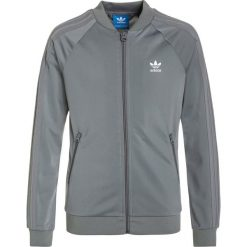 Adidas Originals SUPERGIRL Kurtka sportowa grey three/white. Szare kurtki dziewczęce sportowe marki adidas Originals, na co dzień, z nadrukiem, z bawełny, z okrągłym kołnierzem, proste. W wyprzedaży za 159,20 zł.