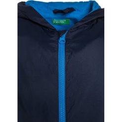 Benetton Kurtka przeciwdeszczowa dark blue. Niebieskie kurtki chłopięce przeciwdeszczowe marki Benetton, z bawełny. Za 129,00 zł.