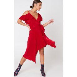 Sukienki: NA-KD Trend Asymetryczna sukienka kopertowa z falbaną – Red