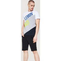 T-shirty męskie: T-shirt z panelem i napisem – Biały