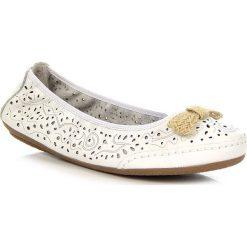 Baleriny damskie ażurowe: Białe baleriny damskie skórzane ażurowe Rieker 41456-81