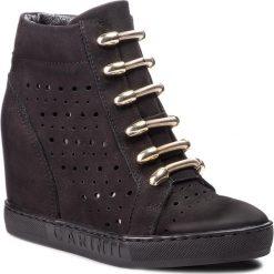 Sneakersy CARINII - B4304 360-000-000-B88. Czarne sneakersy damskie Carinii, z nubiku. W wyprzedaży za 229,00 zł.