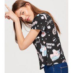 Koszulka z jednorożcami all over - Czarny. Czarne t-shirty damskie marki Cropp, l. Za 29,99 zł.