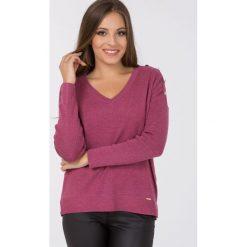 Sweter z ozdobnymi guzikami. Czerwone swetry klasyczne damskie Monnari, s, z dekoltem w serek. Za 79,60 zł.