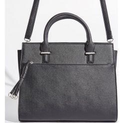 Torba city bag z brelokiem - Czarny. Czarne torebki klasyczne damskie marki Kazar, w paski, ze skóry, zdobione. Za 89,99 zł.