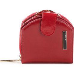 Mały Portfel Damski MONNARI - PUR0750-005 Red. Czerwone portfele damskie Monnari, ze skóry ekologicznej. W wyprzedaży za 139,00 zł.