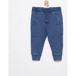 Spodnie dresowe - Granatowy. Niebieskie chinosy chłopięce Reserved, z dresówki. W wyprzedaży za 29,99 zł.