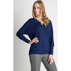 Granatowa luźna bluzka  BIALCON. Niebieskie bluzki longsleeves marki BIALCON, uniwersalny, z jeansu, sportowe, z dekoltem w serek. Za 119,00 zł.