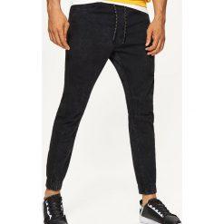 Jeansy SLIM JOGGER - Czarny. Czarne jeansy męskie slim marki Cropp. Za 139,99 zł.