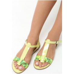 Jasnozielone Sandały Polichroma. Zielone sandały damskie marki Born2be, z lakierowanej skóry, na obcasie. Za 49,99 zł.